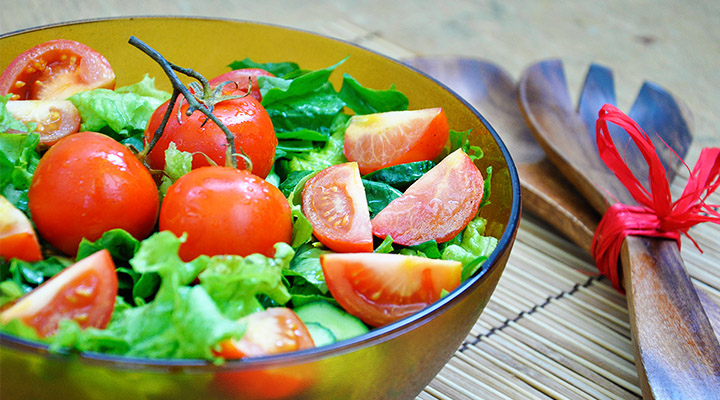 Salata de spanac cu rosii coapte Crunchy spinach salad with roasted cherry tomatoes recipe