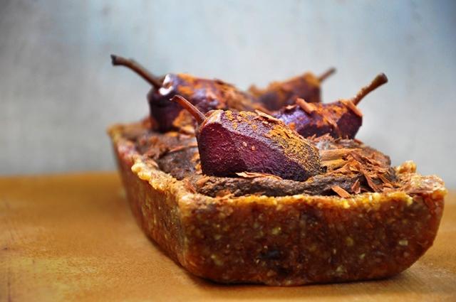 Tara Semi-Raw Vegana cu Ciocolata si Pere Semi-Raw Vegan Chocolate Tart with Wine Poached Pears Dessert