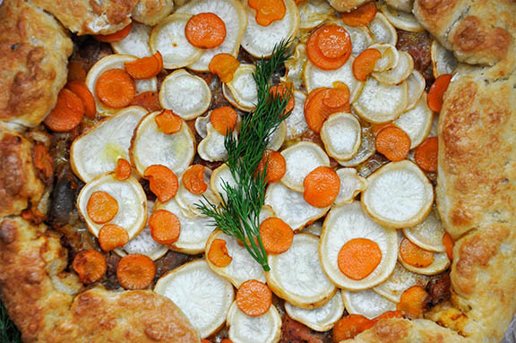 Tarta rustica cu ciuperci si radacinoase Vegetarian Root Vegetables Rustic Tart with Mushrooms top view