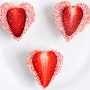Raw Vegan White Chocolate Strawberry Hearts Inimi de ciocolata alba raw cu capsuni