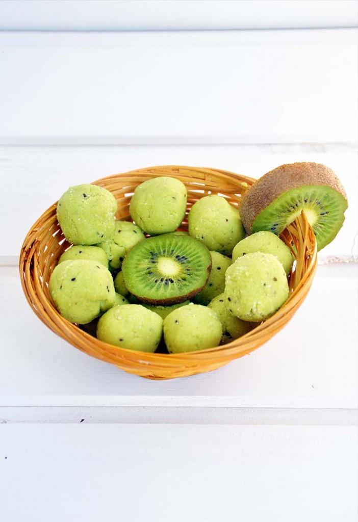 Raw vegan exotic avocado truffles Trufe raw cu avocado si aroma tropicala