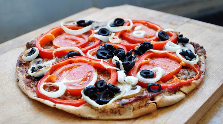30-Minute Veggie Pita Pizza pe lipie legume