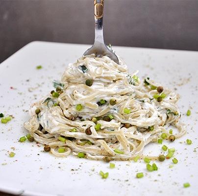 Spaghete cu sos alb, marar si piper verde Cheesy Spaghetti with Dill and Green Pepper Sauce Recipe