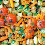 Cartofi noi cu baby carrots, rosii coapte, verdeturi la tava Spring roasted veggies