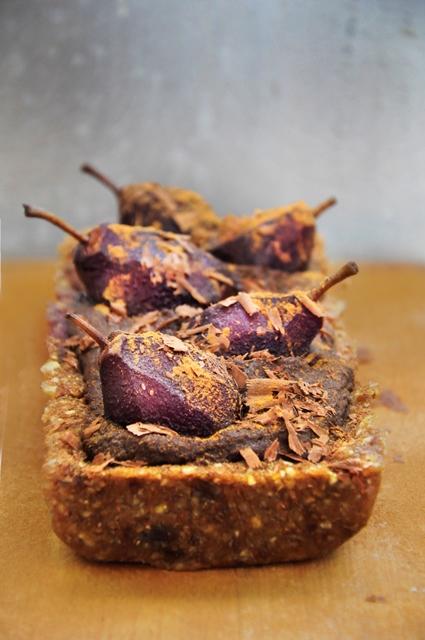 Tara Semi-Raw Vegana cu Ciocolata si Pere Semi-Raw Vegan Chocolate Tart with Wine Poached Pears