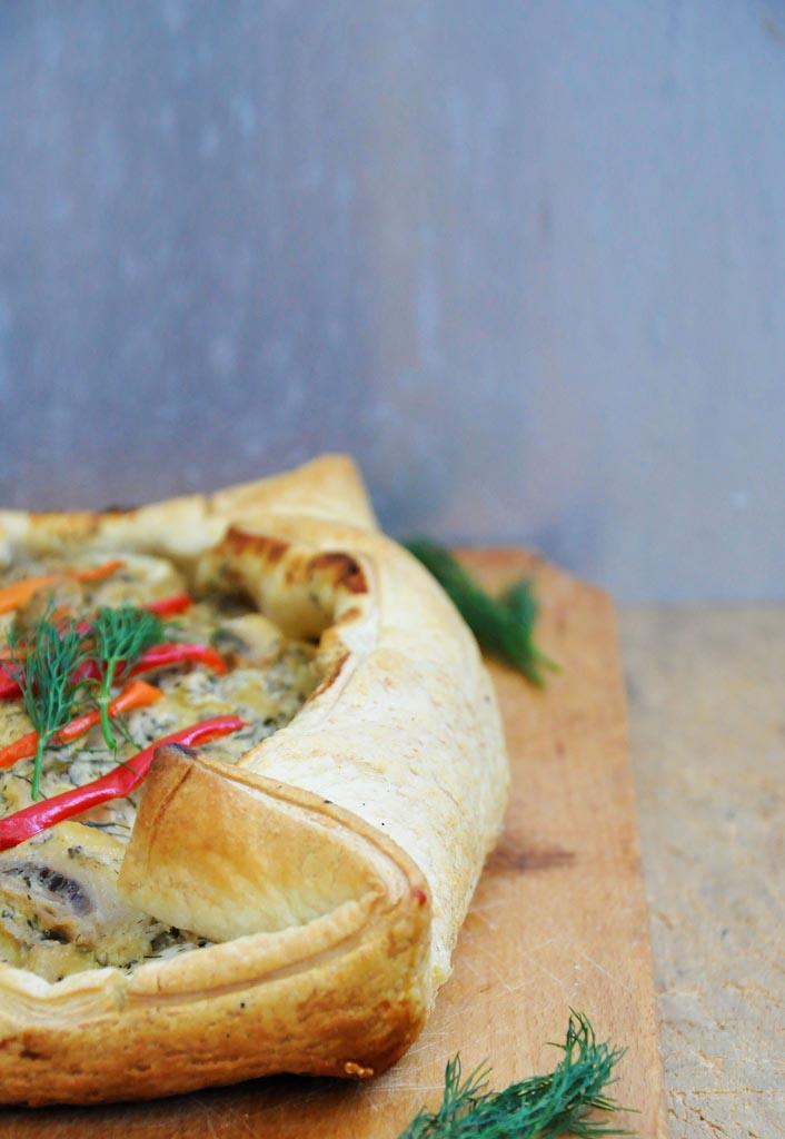 Tarta in foietaj cu ciuperci in sos de vin Reteta vegetariana