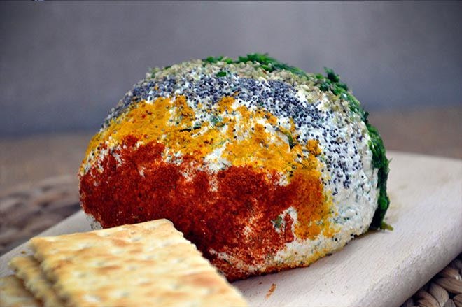 Aperitiv cu urda verdeturi si condimente Ricotta Cheese Ball with Spices and Herbs branza