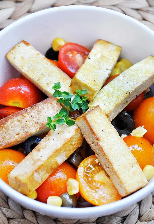 Retete de salate bogate in proteine Salata de rosii coapte cu tofu afumat vegan
