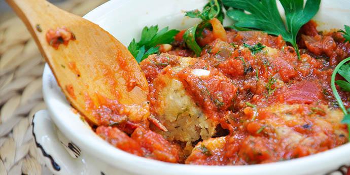 Beetballs with Garlic-Basil Tomato Sauce Chiftelute de linte si sfecla in sos de rosii usturoi busuioc reteta