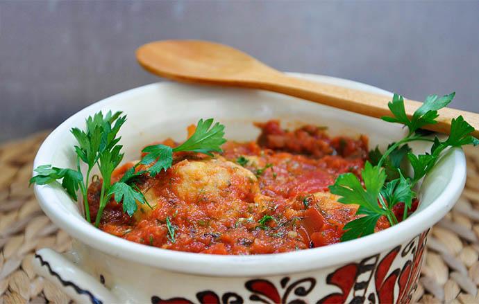 Beetballs with Garlic-Basil Tomato Sauce Chiftelute de linte si sfecla in sos de rosii usturoi busuioc vegan