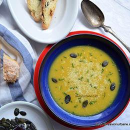 Supa de dovleac cu curry si cocos servita alaturi de paine fara gluten