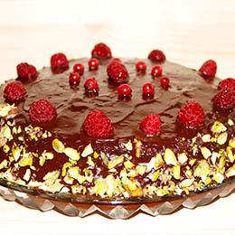 Tort de ciocolata fara gluten cu fistic si fructe de padure