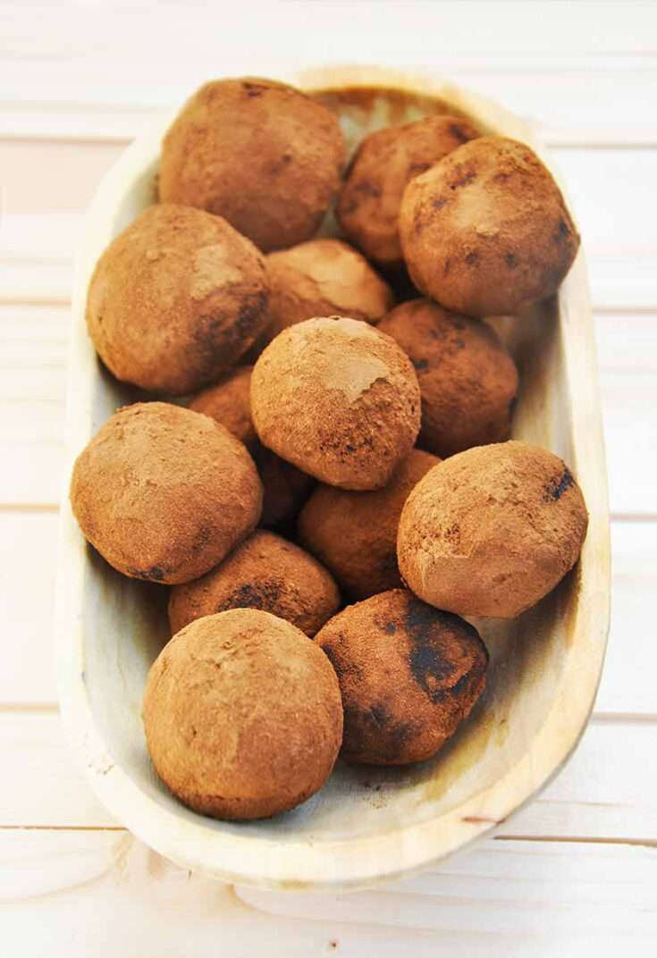 Creamiest Raw Chocolate Truffles Ever Avocado-Date Chocolate Truffles trufe cremoase de ciocolata