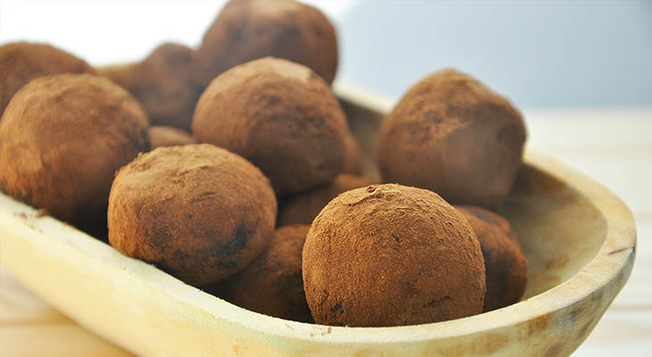 Creamiest Raw Chocolate Truffles Ever Avocado-Date Chocolate Truffles trufe cremoase de ciocolata vegan