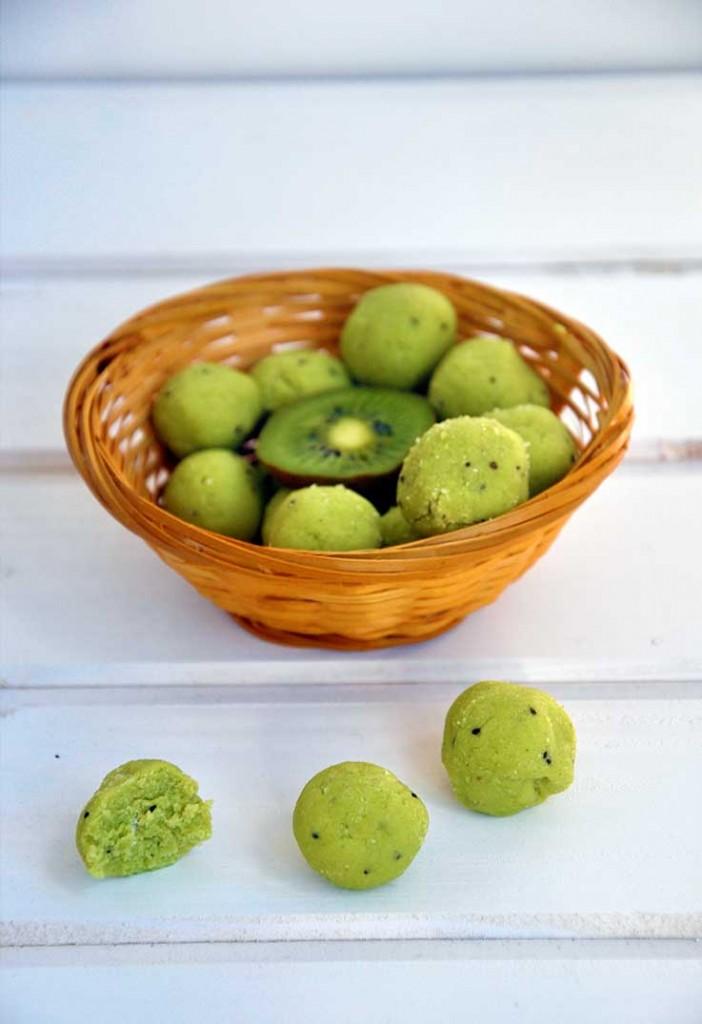 Raw vegan exotic avocado truffles Trufe raw cu avocado tropicala