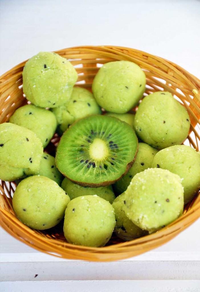 Raw vegan exotic avocado truffles Trufe raw cu avocado tropicale