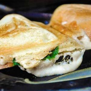 Grilled Vegan Cheese Sandwich Sandvis cu branza topita vegana reteta