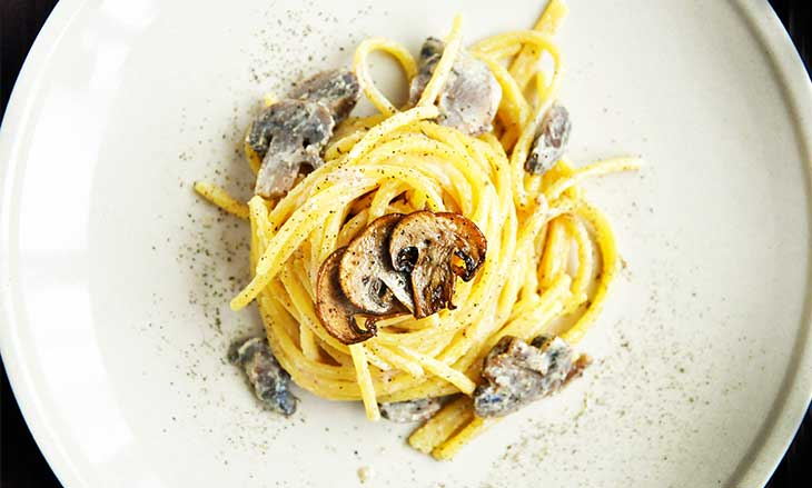 vegan-mushroom-alfredo-pasta-paste-cu-sos-alfredo-ciuperci