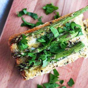 Vegan Crustless Asparagus Quiche cu-asparagus-reteta