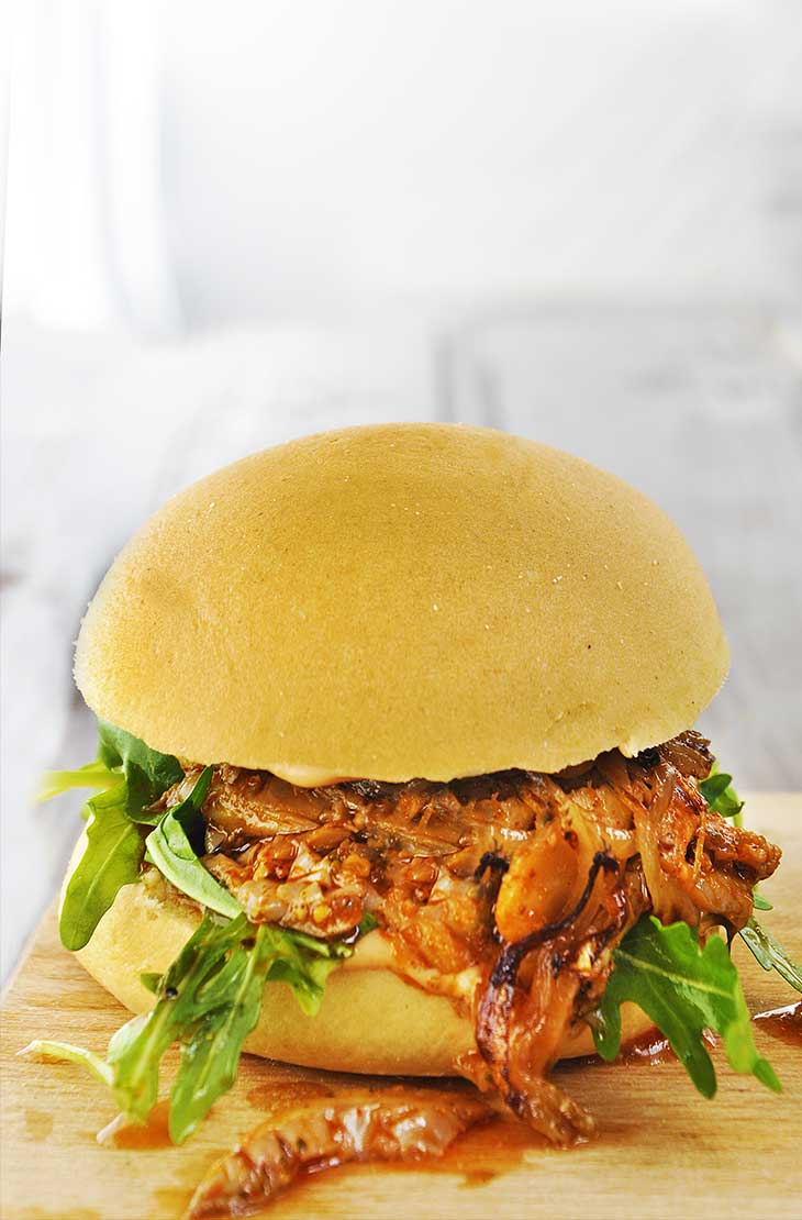 vegan pulled pork burger with caramelized onion Burger vegan