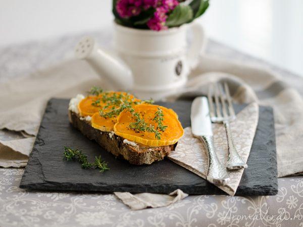 Sandwich-cu-cremă-de-brânză-dovleac-copt-și-cimbru