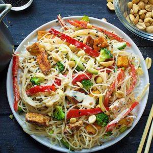 spicy thai peanut noodles cu sos de arahide reteta tailandeza
