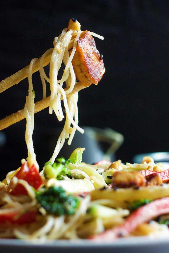 thai peanut noodles cu sos de arahide