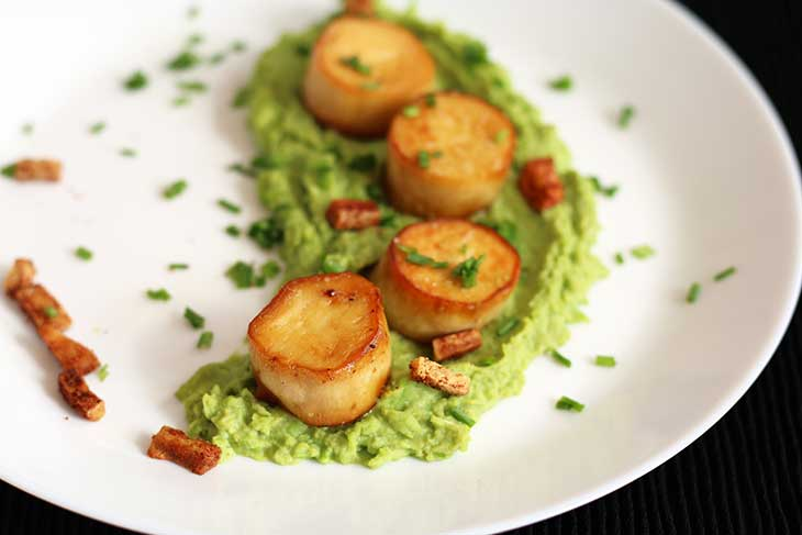 Vegan Scallops with Pea Puree and bacon bits Scoici de post