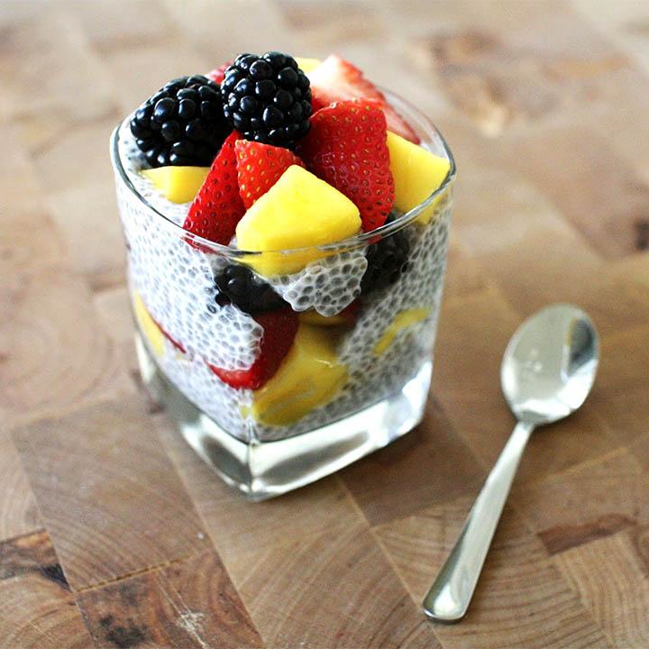 Budinca de chia cu fructe proaspete