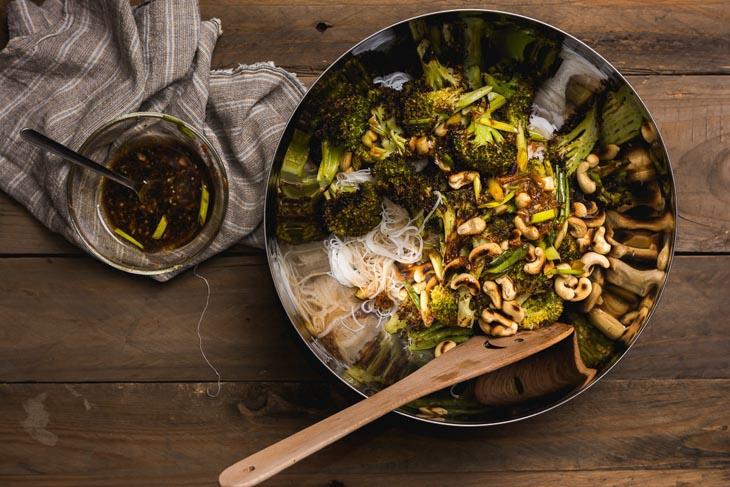 Broccoli la cuptor cu taitei de orez si sos magic
