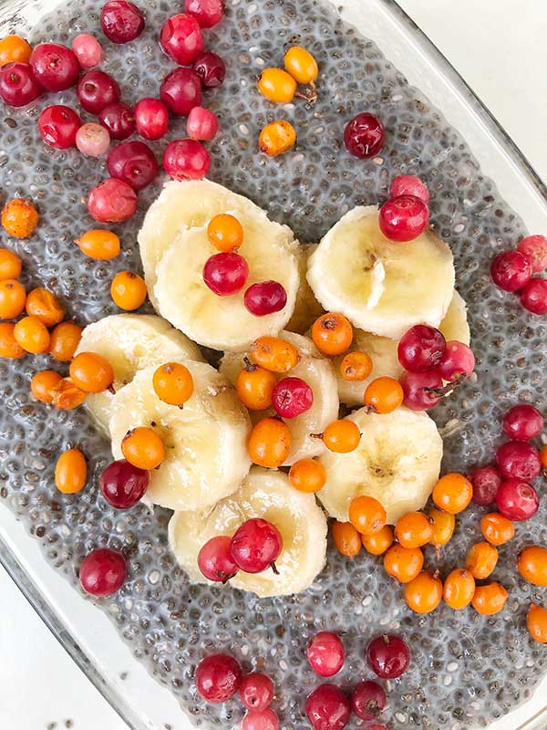 Budinca din seminte de chia si fructe