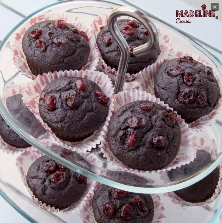 Briose de post cu ciocolata si merisoare