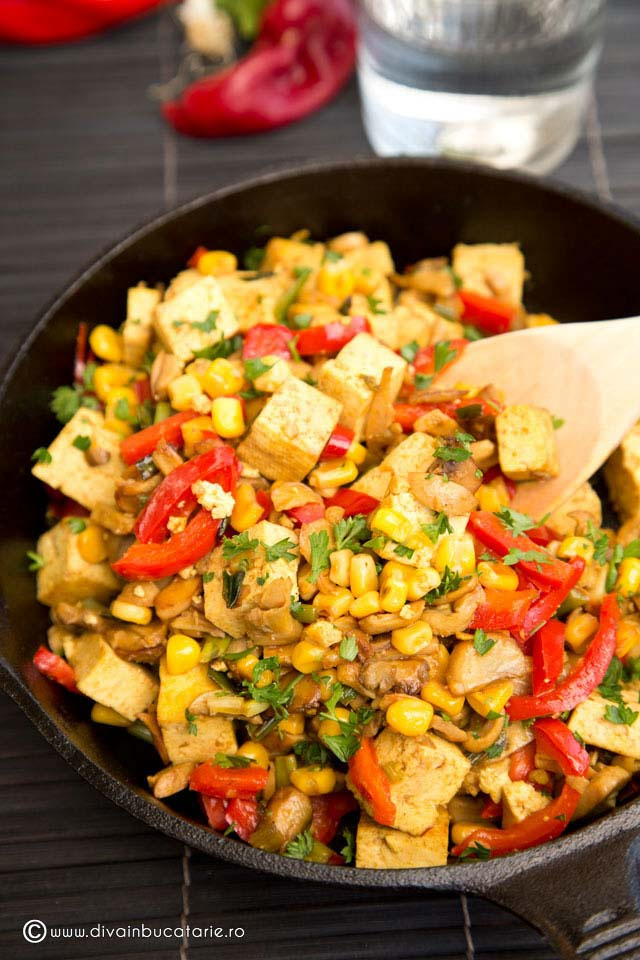 Tofu la tigaie cu porumb, ciuperci si ardei