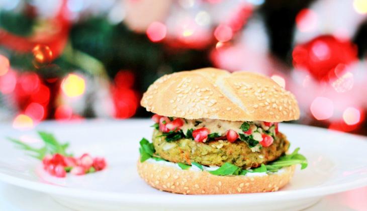 Burger vegan cu topping de vinete si rodie – reteta de Craciun