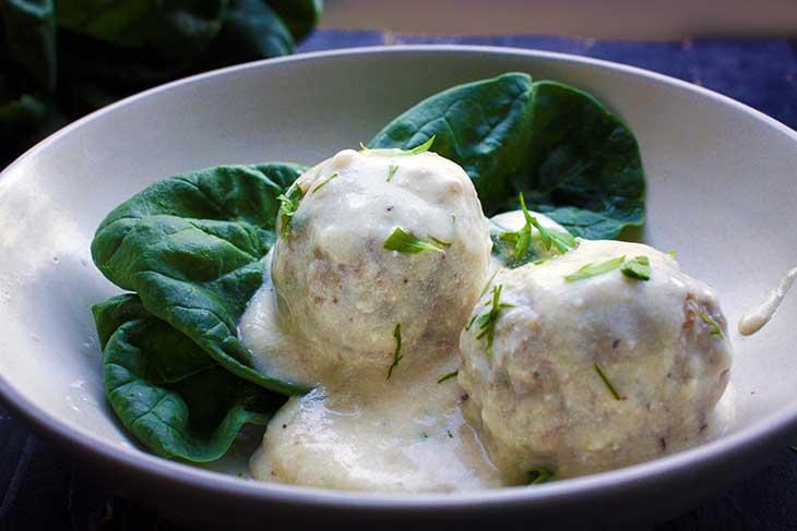 Vegan Swedish Meatballs chiftelute suedeze sos alb