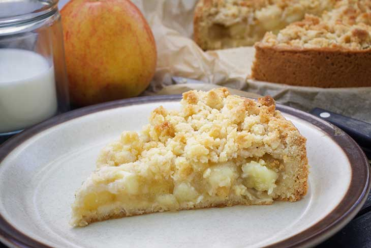 apple streusel cake slice