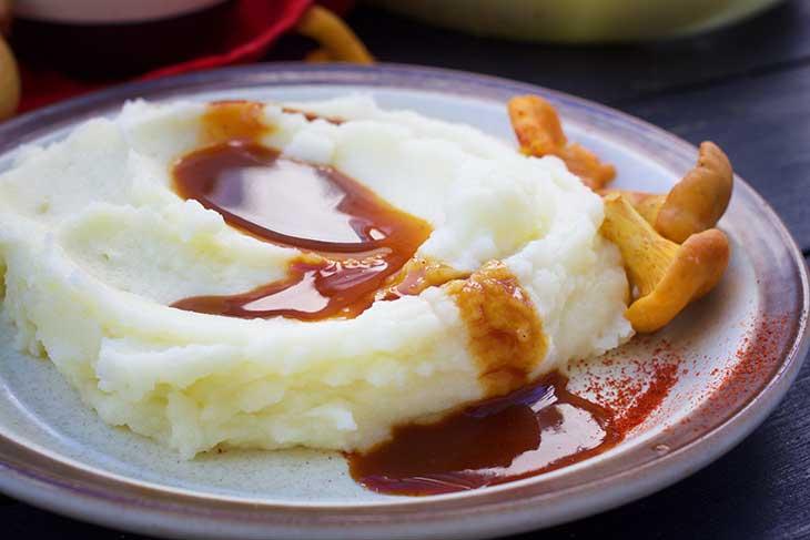vegan mashed potatoes with vegan gravy sauce and mushrooms