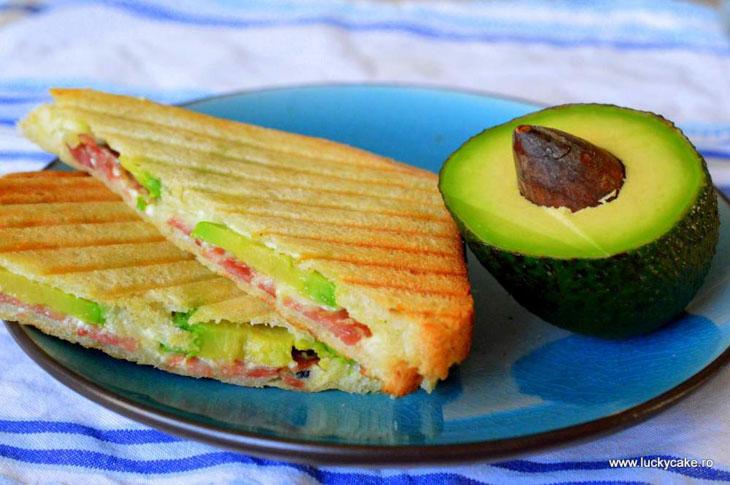 Sandvis cald cu avocado