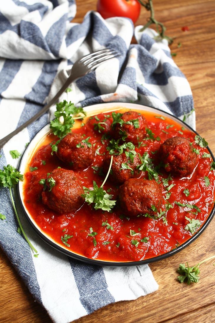 chiftelute de fasole neagra vegane in sos