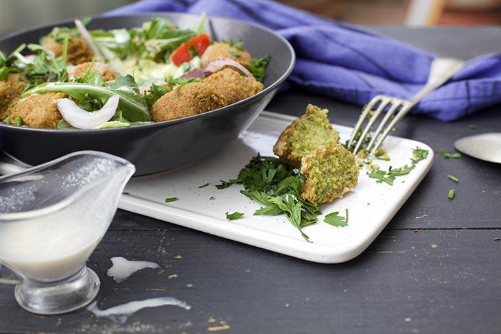salata din Falafel din quinoa cu sos