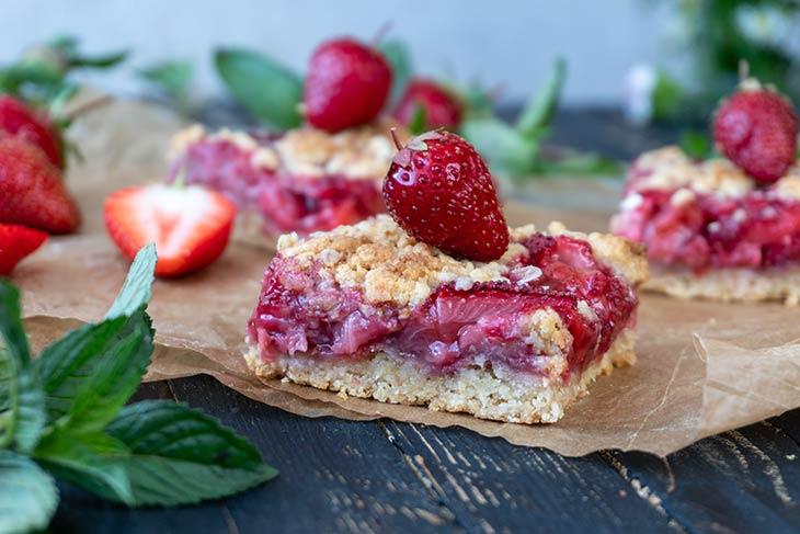 Strawberry Crumb Bars recipe Prajitura cu capsuni