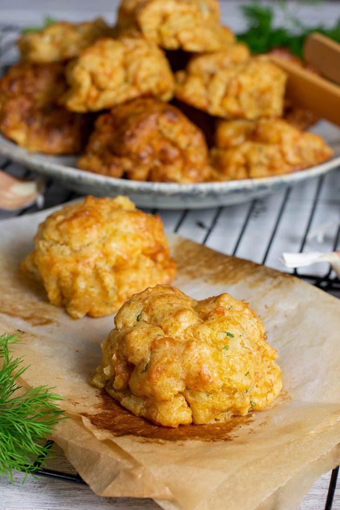 Vegan Garlic Cheesy Biscuits Biscuiti sarati vegani cu usturoi