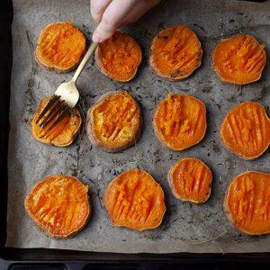 Garlicky Smashed Sweet Potatoes Cartofi dulci la cuptor