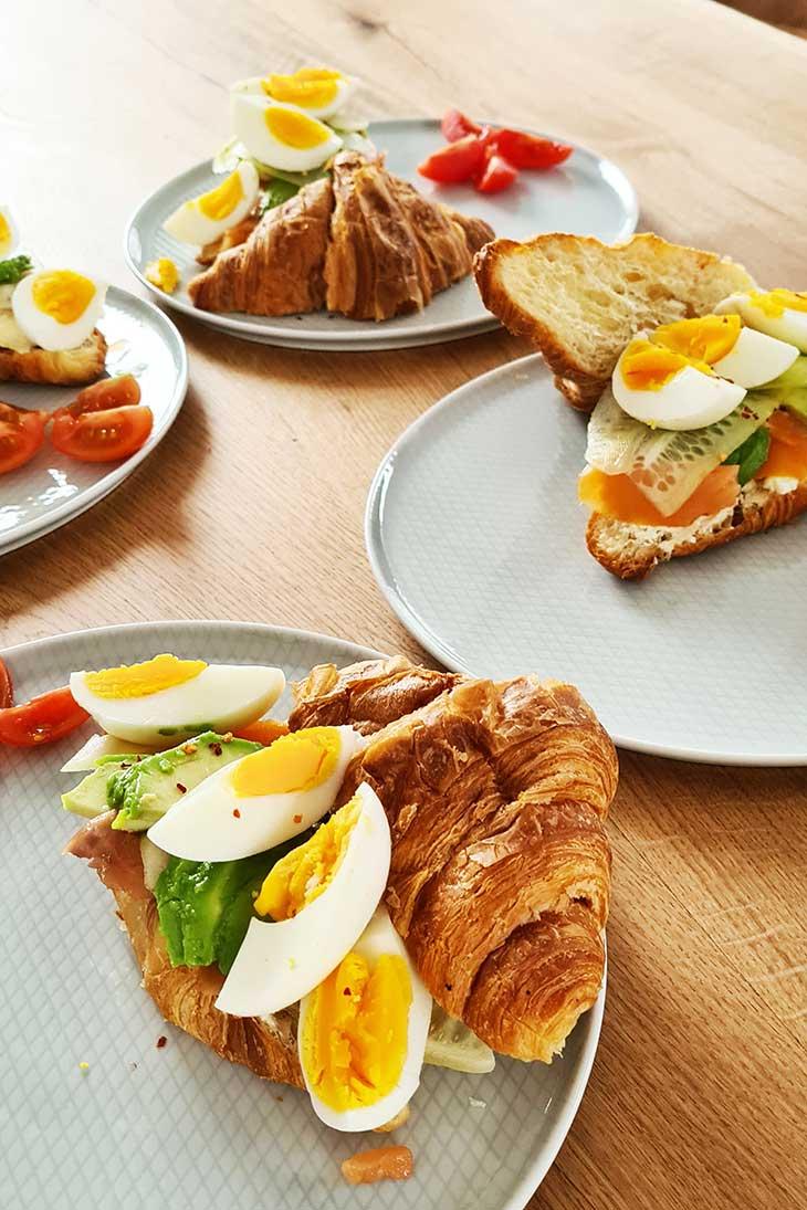 Salmon croissant sandwich sandvis cu croissant si somon afumat